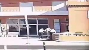 Militares da GNR agridem homem algemado na rua