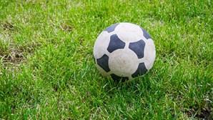 Árbitro morto à cabeçada por um futebolista