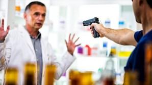 Gang armado rouba caixa de farmácia