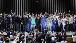 Grupo invade parlamento do Brasil