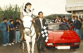 António Costa entre o carro Ferrari e o burro durante a iniciativa