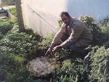 João Cipriano junto a uma fossa coberta