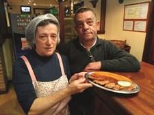 O Retiro do Escova  é um dos restaurantes recomendados. Peça o linguado frito com açorda de ovas ou os lombinhos de porco preto com migas de tomate.