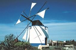O Moinho de Vento da Quintinha fica na  Estrada das Ruínas e mantém em funcionamento  o processo tradicional de moagem de cereais