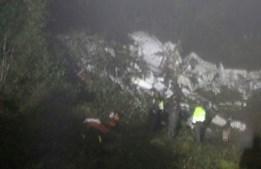 Equipas de resgate fazem buscas no local da queda