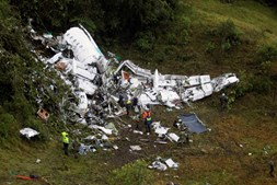 Destroços do avião no local