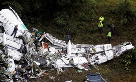 Equipas de resgate continuam a recuperar corpos dos destroços do avião