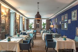 A área de alimentação é marcada pelos espaços amplos e pela decoração com vários quadros