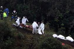O momento em que as equipas de resgate retiram um dos sobrevivente do local da tragédia