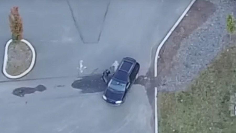 O momento em que a mulher entra para o carro do alegado amante