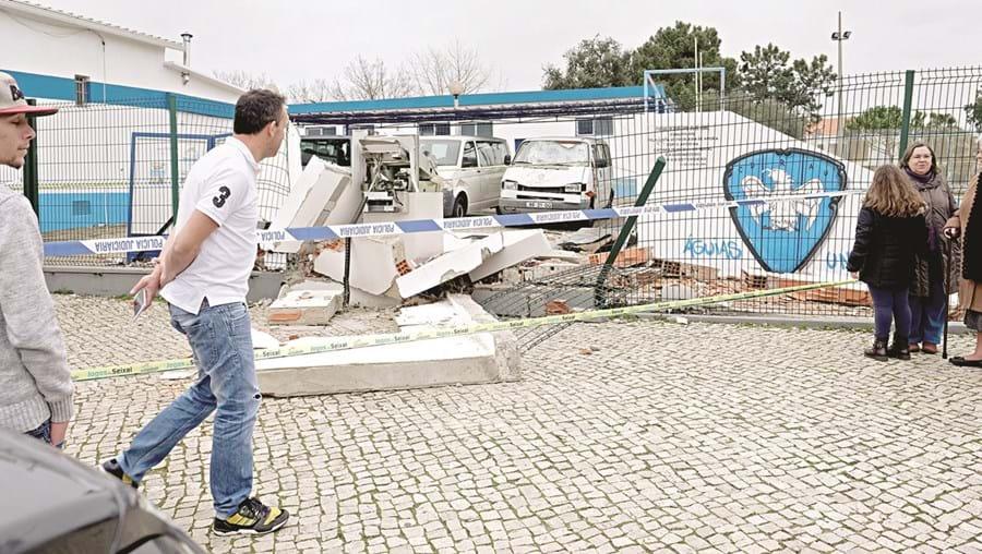 Três operacionais do grupo provocaram destruição em ataque no Grupo Desportivo e Recreativo Águias Unidas, em Foros da Amora, Seixal, a 2 de janeiro