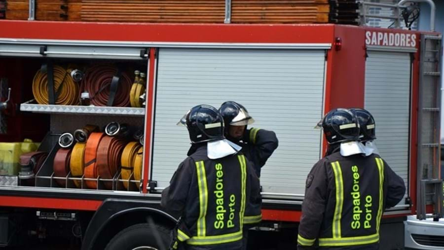 No local estiveram elementos dos Sapadores Bombeiros do Porto