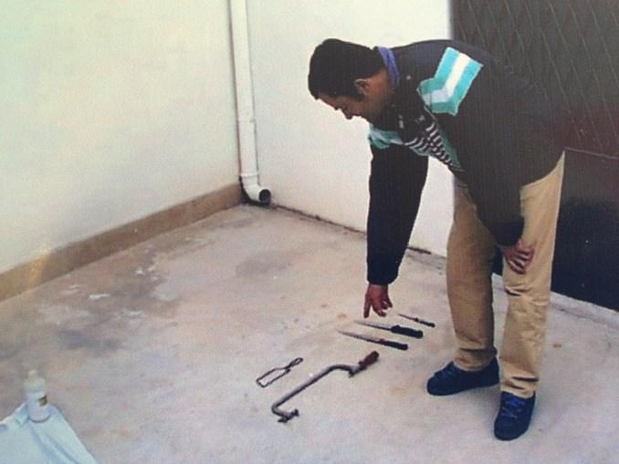 Tio da criança mostra armas usadas no crime