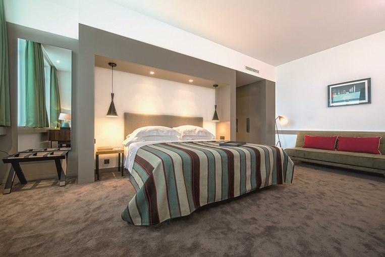 A unidade turística apresenta quartos espaçosos e modernos