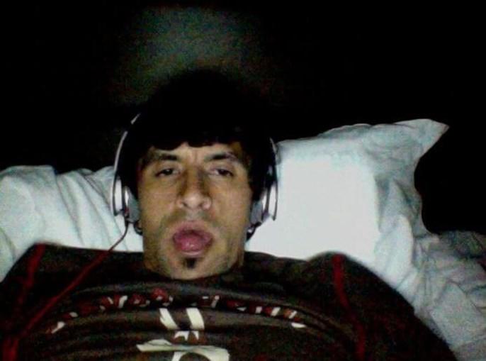 Lucho González parece estar a ouvir música na cama...