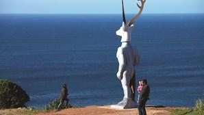 Estátua de veado surfista gera polémica