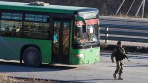 Autocarros entram em Alepo para recomeçar evacuação