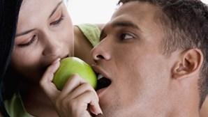 Insere frutas na vagina para o marido comer mais tarde