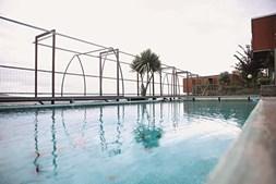 O tanque de água natural, que recebe água diretamente de uma nascente, funciona como uma piscina