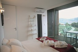 Os quartos têm uma varanda com vista para as serras