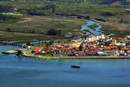 Vila de caminha, junto aos rios Minho e Coura, com as pontes rodoviária e dos caminhos de ferro