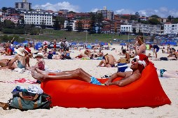Australianos comemoram o Natal na praia de Bondi