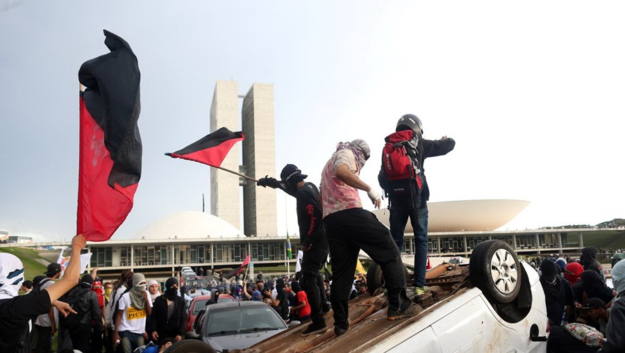Manifestantes provocaram distúrbios junto ao edifício do Congresso