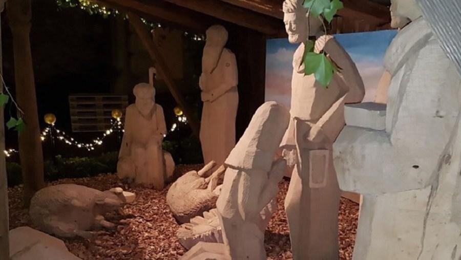 Vândalos colocaram representação de Maria em posição sugestiva