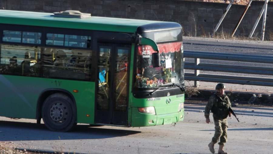 Autocarro destacado para auxiliar na retirada de civis de Alepo