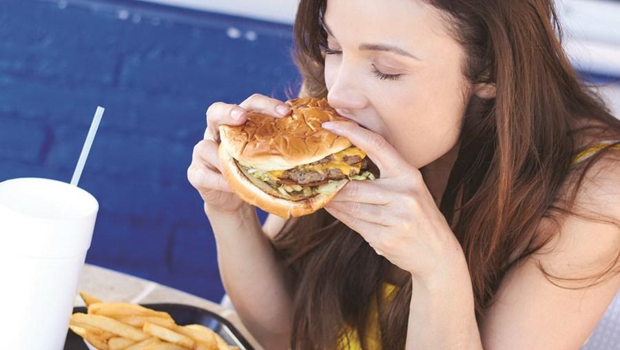 A alimentação rica em sal e gorduras contribui para o aparecimento da hipertensão arterial