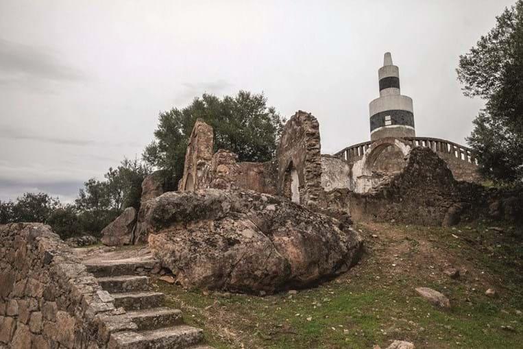 Situada a cerca de 400 metros de altura, a aldeia de Alter Pedroso tem uma bela vista sobre a paisagem Alentejana