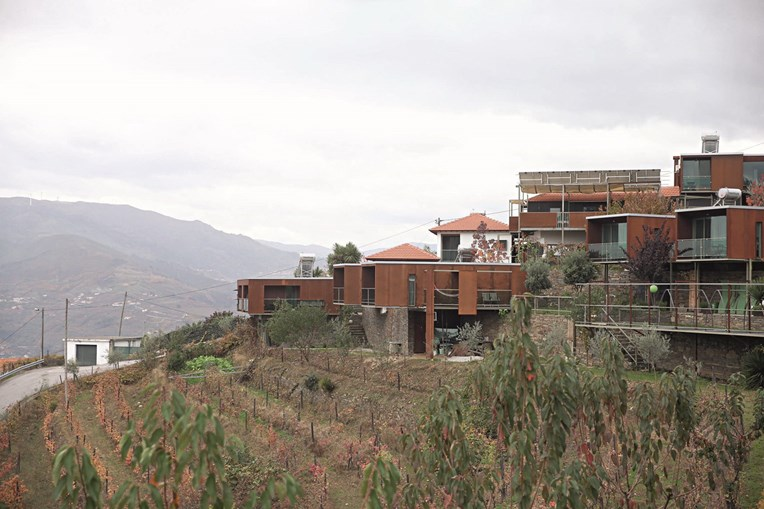 A quinta é composta por 13 edifícios que compõem as casas de campo de Vila Marim, no concelho de Mesão Frio