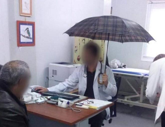 A imagem do médico com o chapéu de chuva na mão motivou uma intervenção imediata da ARS do Algarve