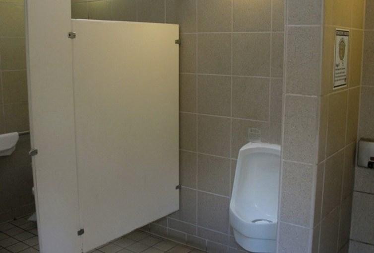 Cantor foi detido nesta casa de banho pública, em Beverly Hills