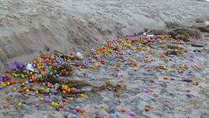 Ilha Alemã é invadida por milhares de 'ovos de plástico'