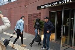Georgina e Cristiano Ronaldo entram no Hotel do jogador