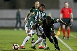Vasco Fernandes (E) disputa a bola com Joel Campbell