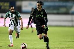 Costinha (E) disputa a bola com Bryan Ruiz