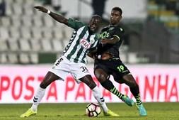 Edinho (E) disputa a bola com Douglas