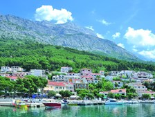 O contraste entre as montanhas e o Adriático oferece um cenário idílico
