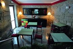 A sala de refeições onde é servido o pequeno-almoço e petiscos durante o dia