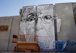 Graffiti da autoria de Vhils com cara de José Saramago na fachada da Universidade Carlos III, em Madrid