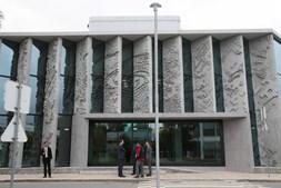 Fachada do edifício sede da GS1 Portugal, em Lisboa, revestida por Vhils