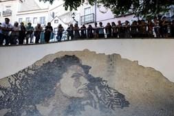 Calçada portuguesa com o rosto da fadista Amália Rodrigues, criada por Vhils