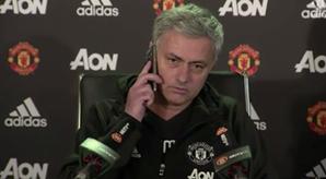 Mourinho atende telemóvel de jornalista