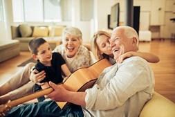 Os mais idosos devem manter o contato permanente com familiares e amigos