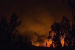 Bombeiros combatem os incêndios
