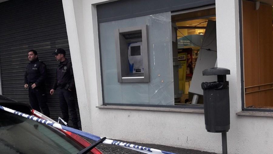 Assaltantes invadiram grande superfície de madrugada e fizeram explodir ATM, deixando um rasto de destruição
