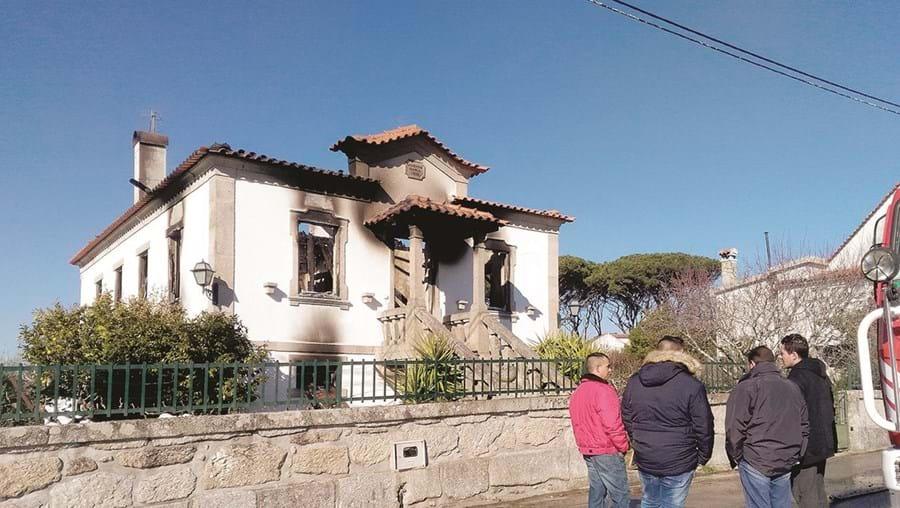 Moradia ficou totalmente destruída pelas chamas que desalojaram um casal de idosos