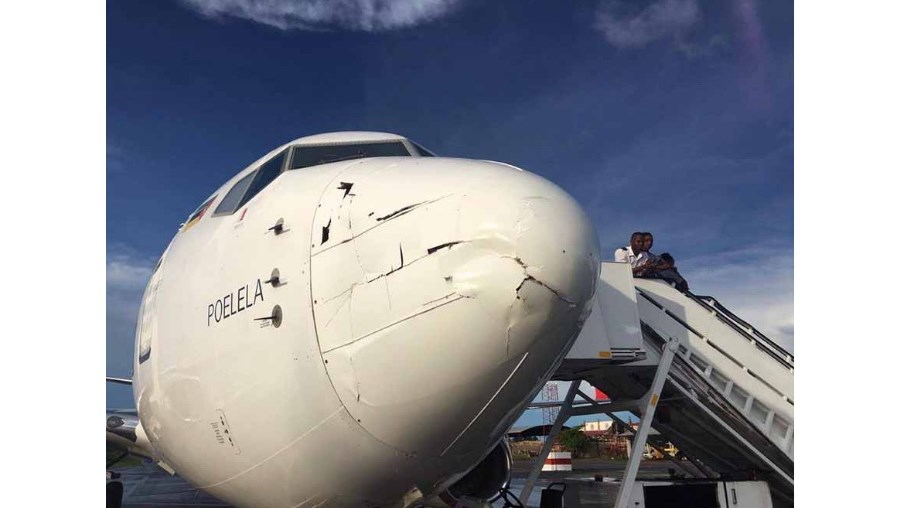 O Boeing da LAM ficou seriamente danificado na parte frontal